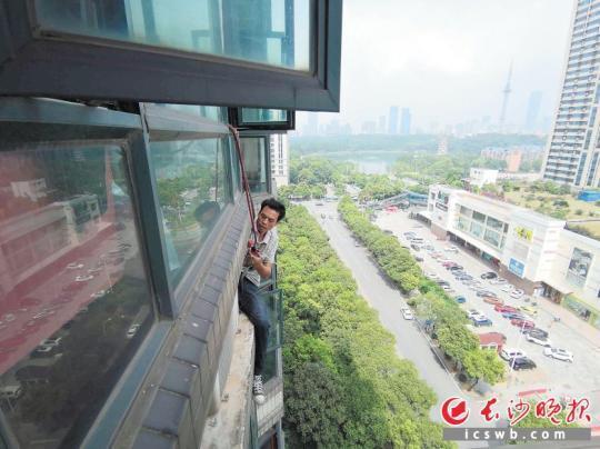 空调维修工:高温高空作业后,清风徐来广州助孕进万家