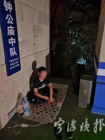 受挫小伙儿半夜在交警队李纬homex门口打地铺 后来发生的事感动无数人