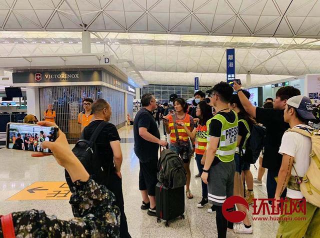 老外教训激进示威者:香港属于中国,你该去找个工作