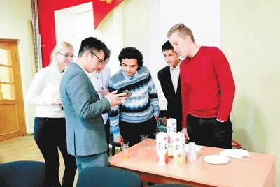 """莫斯科大学中国学生学者高官占新妻vip联合会还开启了""""饮水思源中国行""""活动"""
