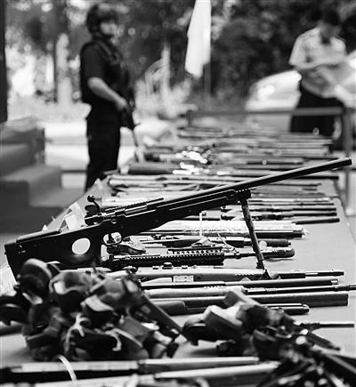 江苏公安机关缉枪、治爆 集中销毁非法枪支5817支