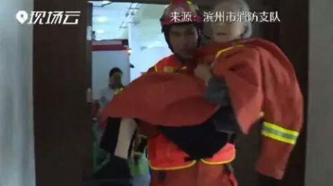 9旬老人被困水中,消防员救出后还帮她换上干净袜子