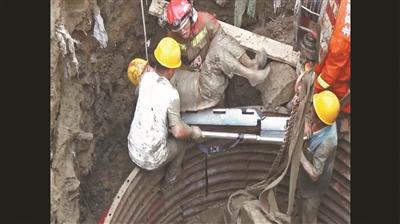 男子被压井下多处骨折 消防员两小时徒手刨出工人