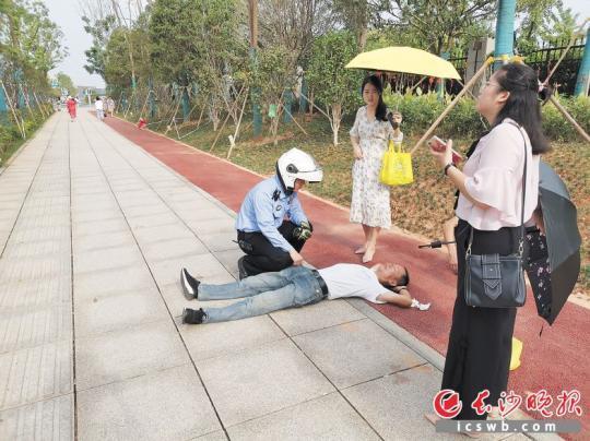 老人晕倒街头,路过众人纷纷伸手相助。天心交警供图