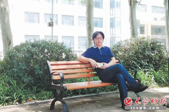 人物名片  王云飞,男,1966年10月生,安徽肥东人,获武汉大学历史学博士学位。现为安徽大学社会与政治学院副教授,硕士生导师,多家电视媒体特约评论员。主要研究方向为农村社会学、政治社会学、法律社会学。
