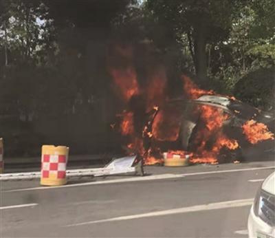 网约车突然起火 造成一死一伤