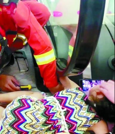 揪心!五岁女童手臂被卷入商场扶梯