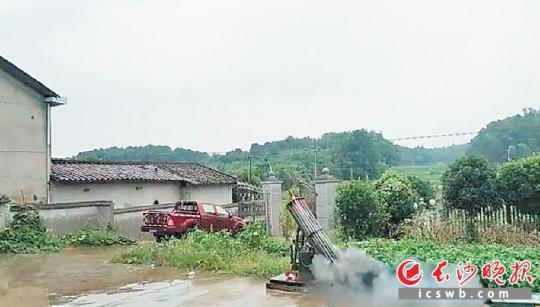 昨日,长沙县福临镇发出两枚火箭弹,打响了2019长沙人工增雨第一炮。 均为长沙晚报通讯员 毛宇 摄