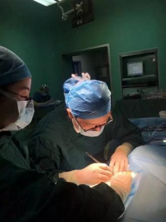 怀孕8个月的女医生给患者手术时突感不适!接下来发生的事感动了无数人……