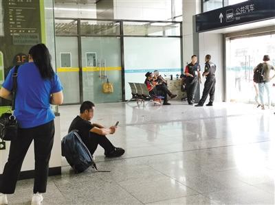 北京多个交通枢纽未设乘客候车座椅 乘客坐地休息