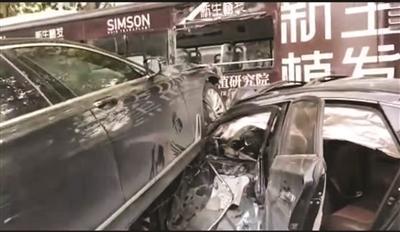 """""""宝马""""冲破护栏 连撞两车致多人受伤"""