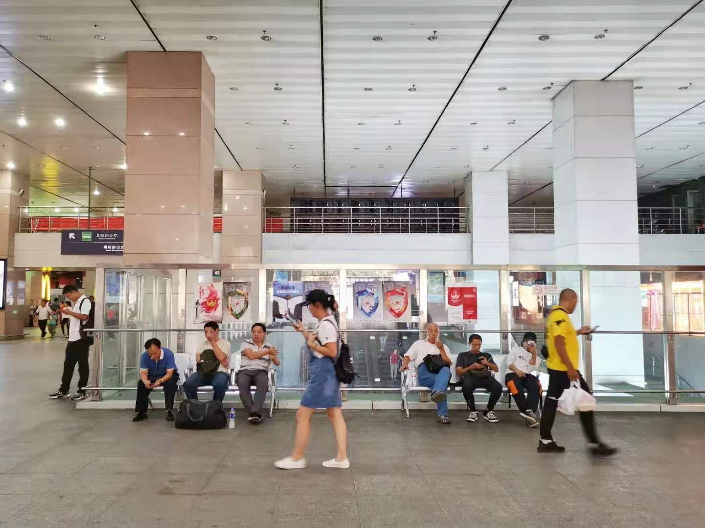 """北京交通枢纽缺座椅:多个枢纽增候车座椅 仍""""供不应求"""""""