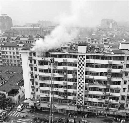 河坊街一民居顶楼起火 火灾未造成人员伤亡