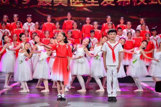 童声合唱《我把安康奉求您》表演:银河少年电视艺术团