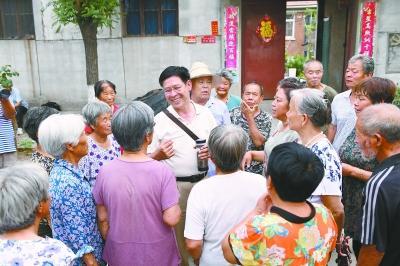 退休大校回乡当村官 带领村民将负债村变成富裕村