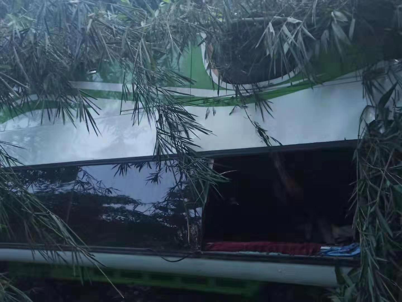 老挝中国旅行团车祸救援人员:车从上往下滚几十米