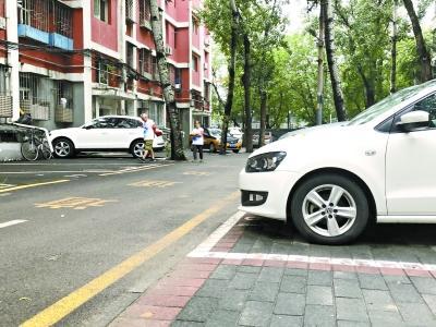 老旧小区停车矛盾频发 北京一小区用新办法解决