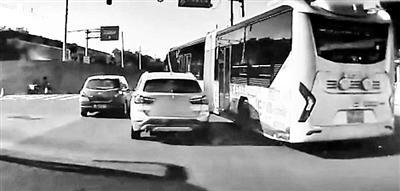 一公交车与私家车斗气别车 交警介入处理