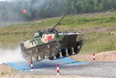 """下机能战,进车即打 中国空降排""""军事奥运会""""展英姿"""