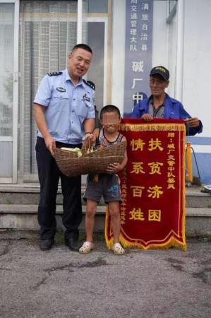 男子醉驾撞伤两行人被拘役,交警守诺为他照顾孩子