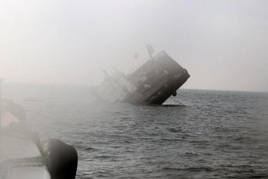 浙江舟山渔船撞上山体 凌晨4点海上大营救13名船员全部获救