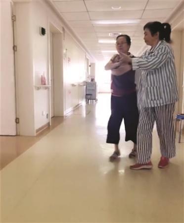 把病房当舞蹈房 两住院患者跳起拉丁舞