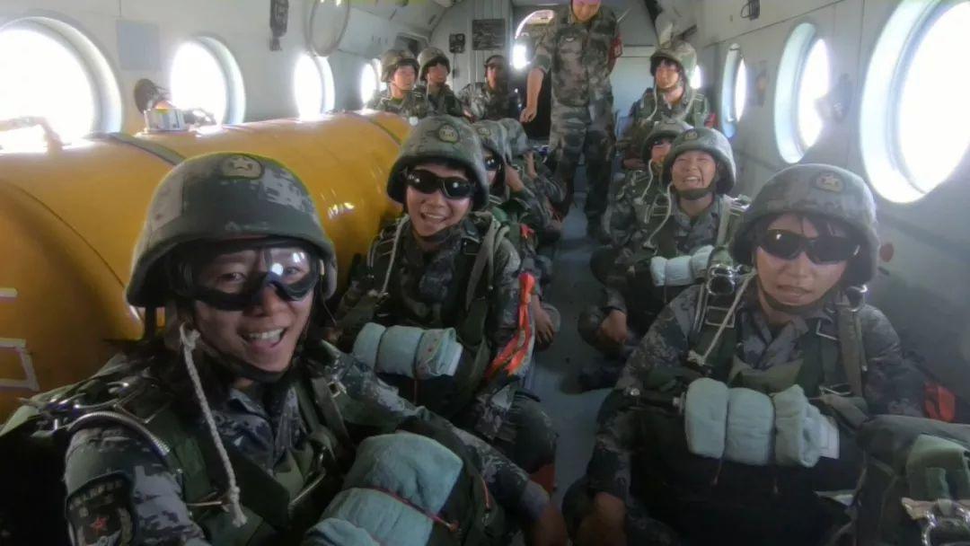 新疆军区首支女子特战分 q名繁体字队昆仑山伞降,这出场方式没sei了!
