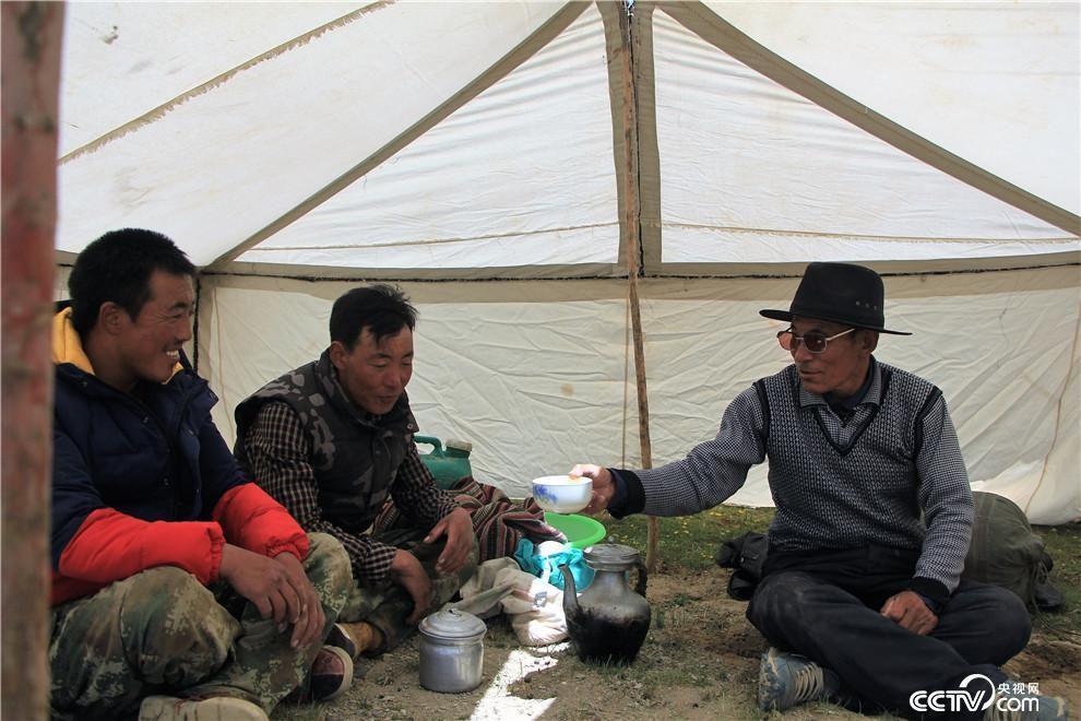 党觉桑布到放牧点上看望两个儿子。(袁育堃 摄)