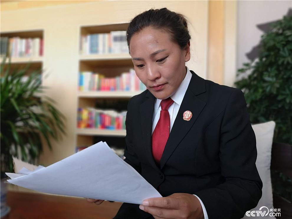日土县人民法院副院长达瓦卓玛。(何川 摄)