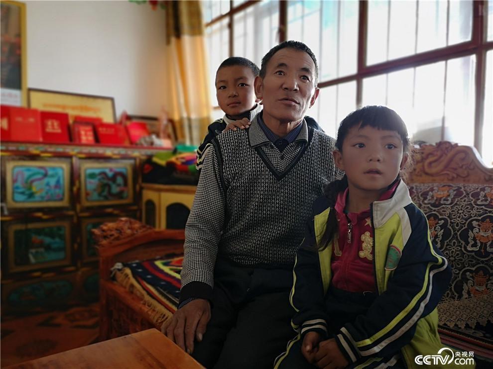 党觉桑布在家中退居二线,工作之余主要照看孙女和孙子。(何川 摄)