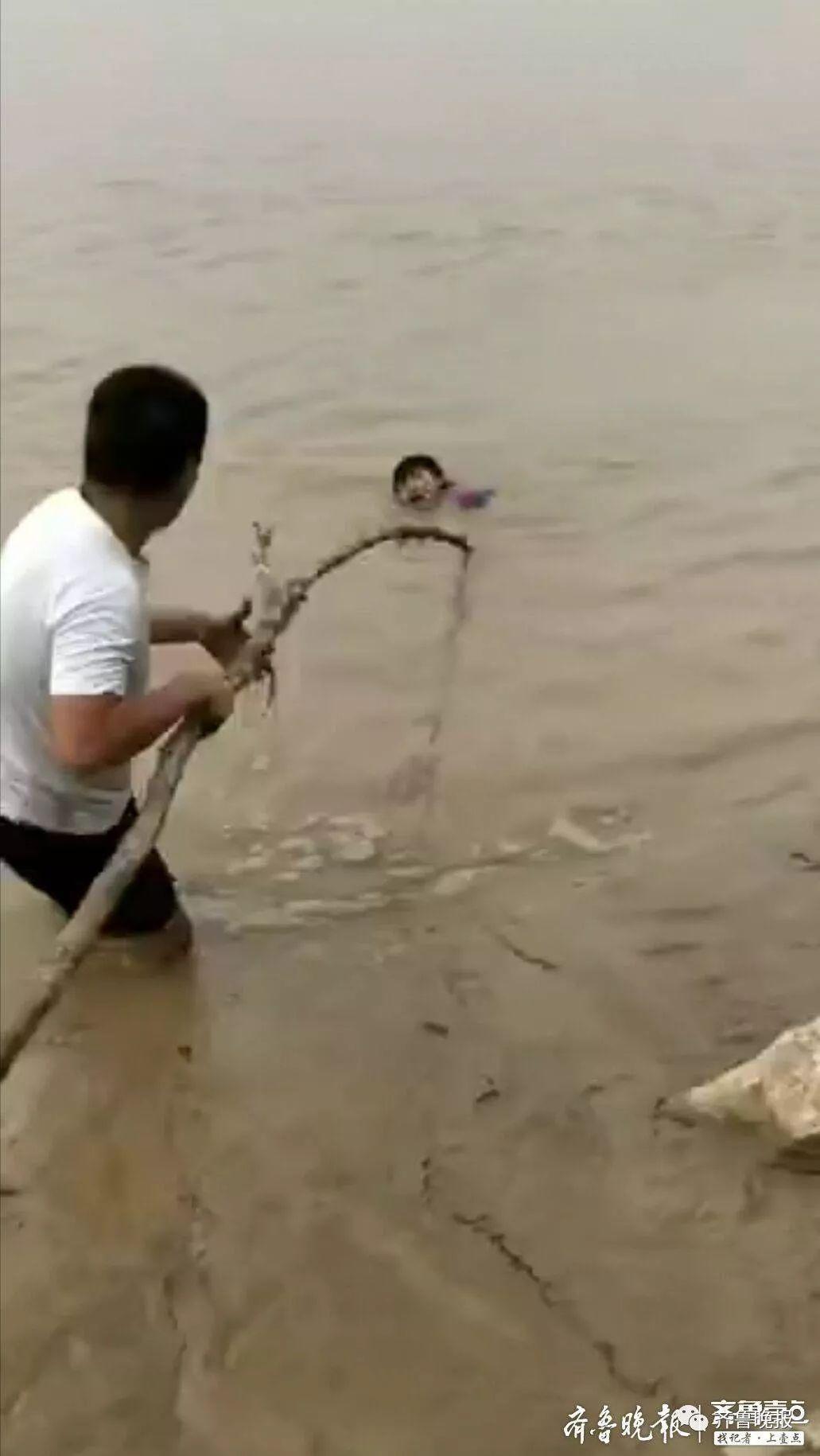 这个不会水的小伙,一下从水里救了3条命!