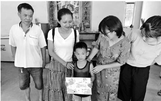 满满的仪式感:浙江一小学为新生手绘入学通知书送到家