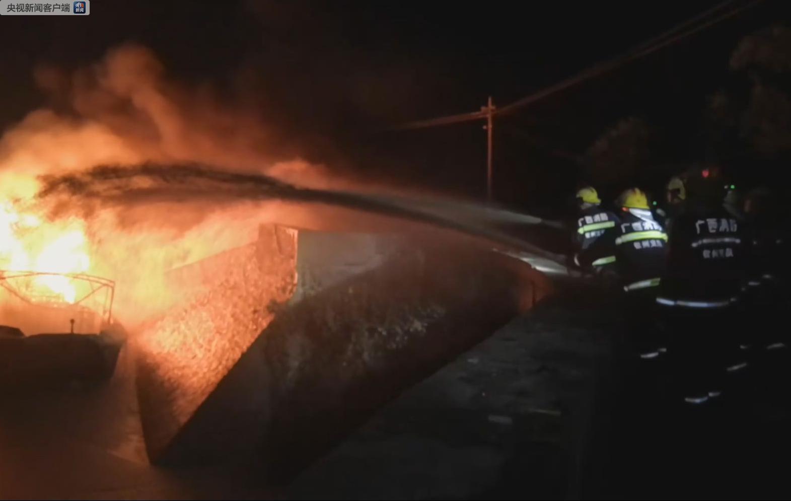 #央视新闻客户端#广西一载有10吨柴油私人船突发大火 引燃靠