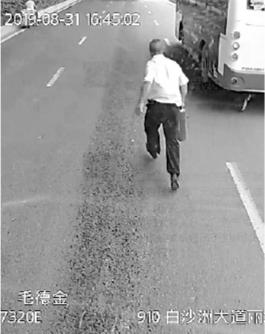 """前方大货车起火冒烟 """"公交跑男""""提起灭火器冲上去"""