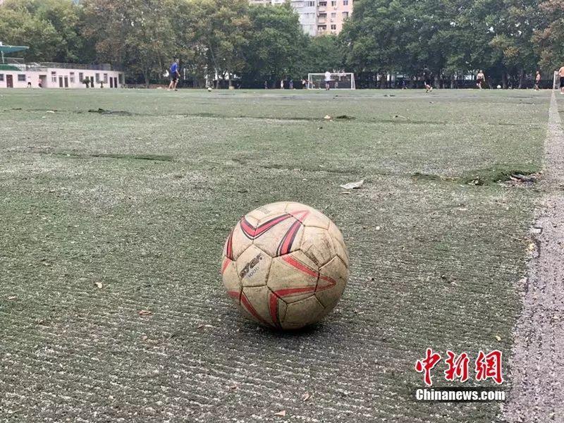 """足球""""老炮儿""""猛起来,气势不输年轻人 不服来战!-中新网"""