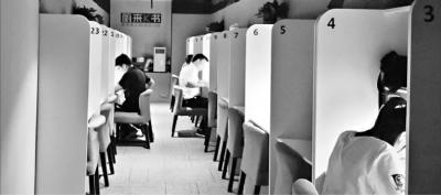 武汉闹市社会自习室走红 收费不便宜却受年轻人欢迎