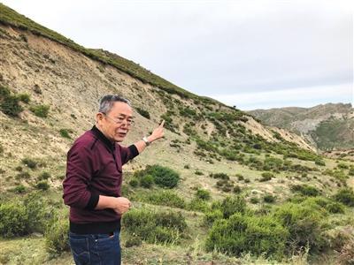 1931年富蕴8级地震遗址现场,新疆防御自然灾害研究所研究员柏美祥介绍断层情况。