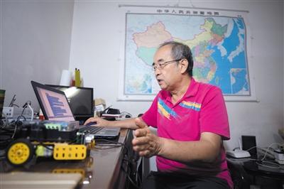 """年近7旬仍坚守讲台 退休教师沙有威的""""义教""""之路"""