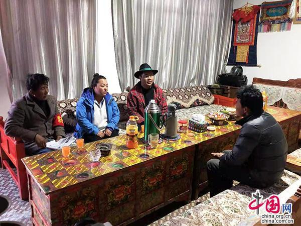 """绣工农户遇上大学生""""合伙人"""":让民族绣品走出西藏,走向世"""
