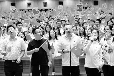 宁浩徐峥与北大同学合唱《我和我的祖国》