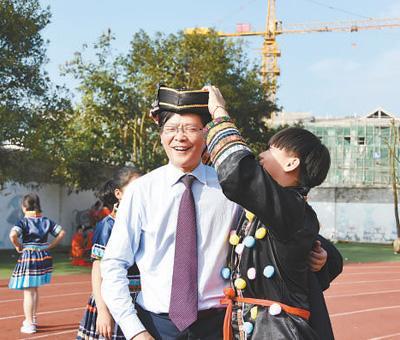 """陈立群赴贵州苗乡支教 让台江民族中学从""""差校""""变""""名校"""""""