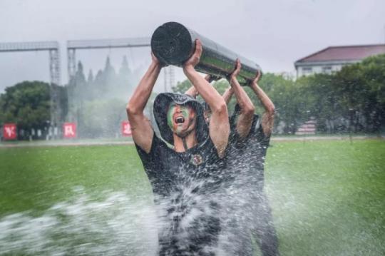 张张是大片!这场雨中练兵太酷了