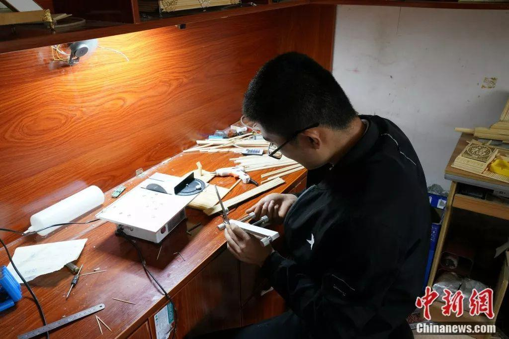 """在""""95后""""残疾小伙生活中 筷子不止用来吃饭那么简单"""