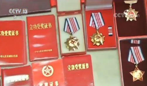 一家三代消防员 军功章记录为国为民奋斗印记