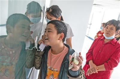 """""""增肥救父""""少年的中秋节 去医院给爸爸送月饼"""