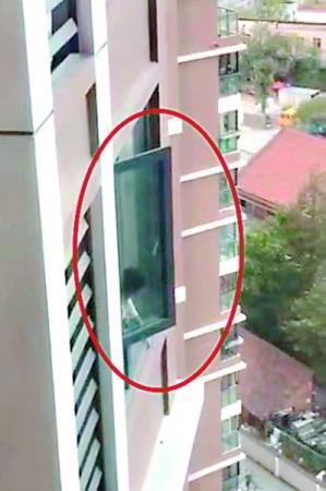 <b>女童爬上18楼飘窗找妈妈 多亏热心邻居窗外一瞥</b>
