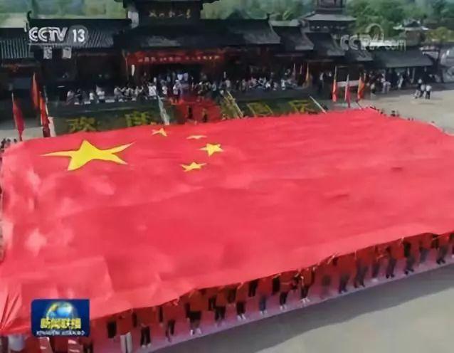 国旗下,他们用特殊的方式向祖国告白