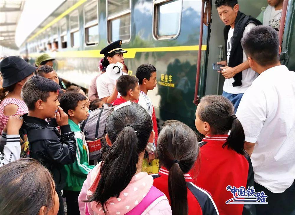最帅校车!这群孩子坐着火车上下学爱海滔滔原唱