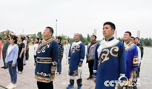 八岔村两委班子和村民一起举行升旗仪式。(何川 摄)
