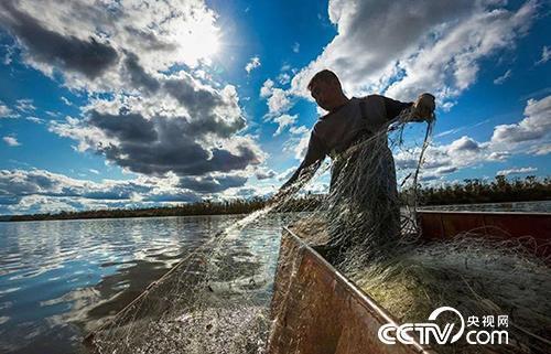 赫哲族人捕鱼。(图由八岔村委会提供)
